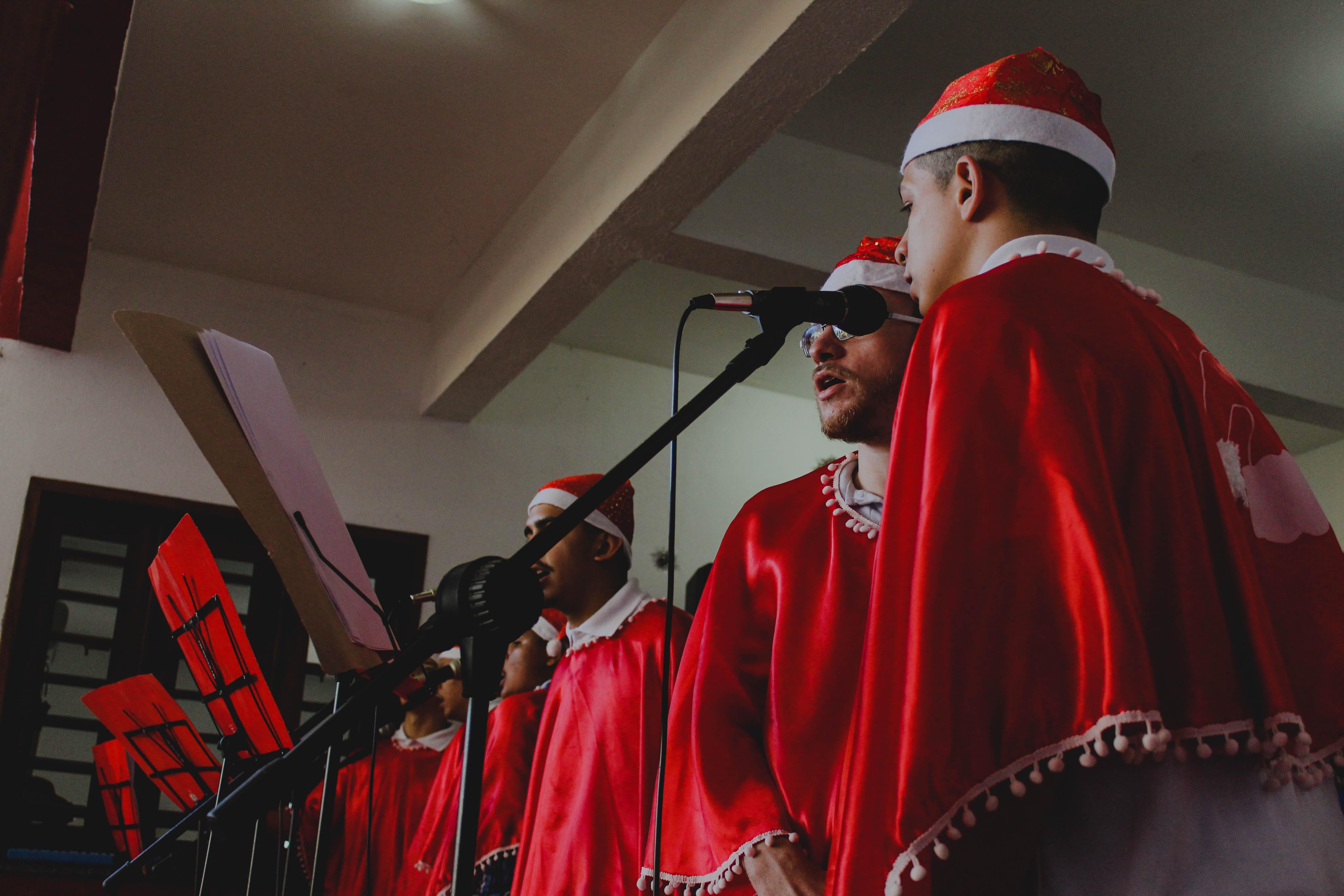 Adolescentes entoam canções natalinas em instituições filantrópicas