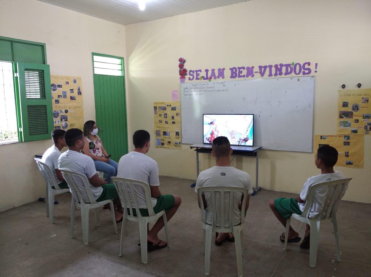 Adolescentes assistem programação educativa da Rede Cuca